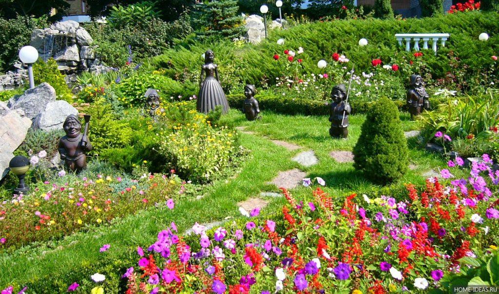 Красивые цветы около дома 40