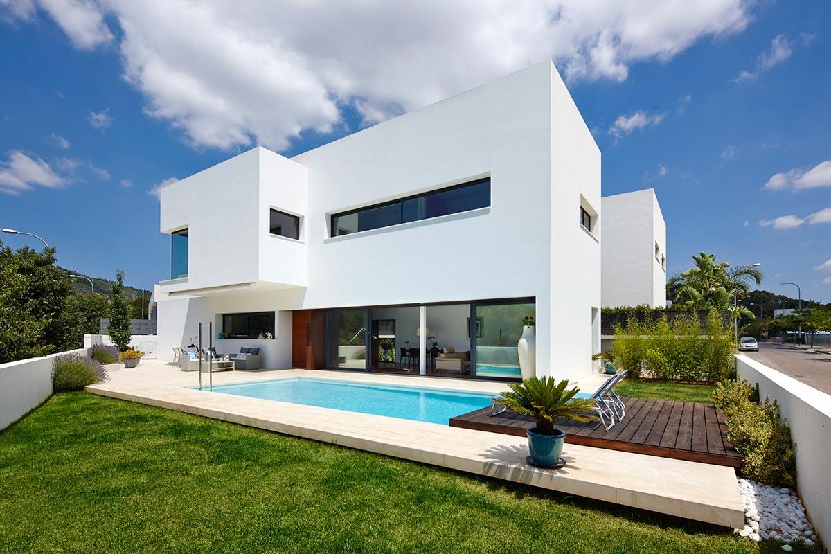 Белый фасад дома 2