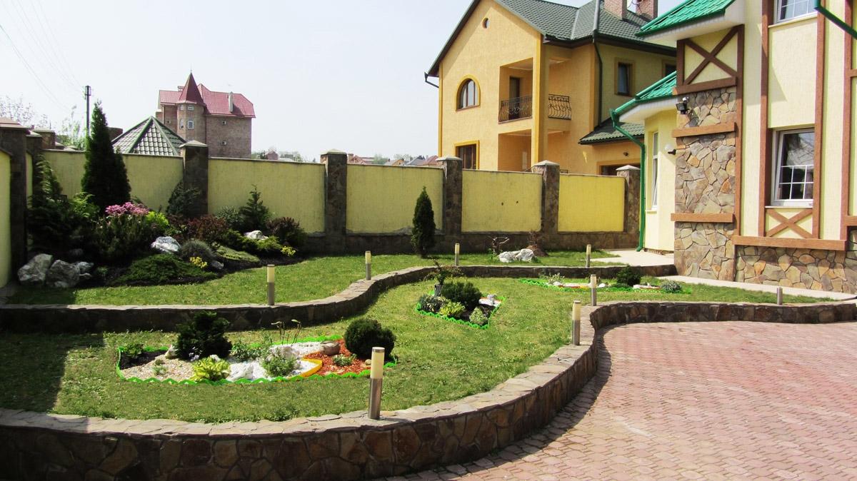 Современный двор частного дома 2