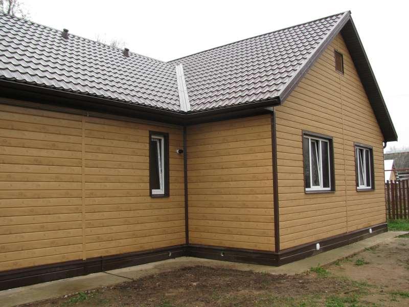 fasad-doma-obshityj-evrobrusom-metallicheskim