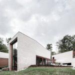 современный-кирпичный-дом-les-elfes-на-склоне-холма-от-студии-alain-carle-01