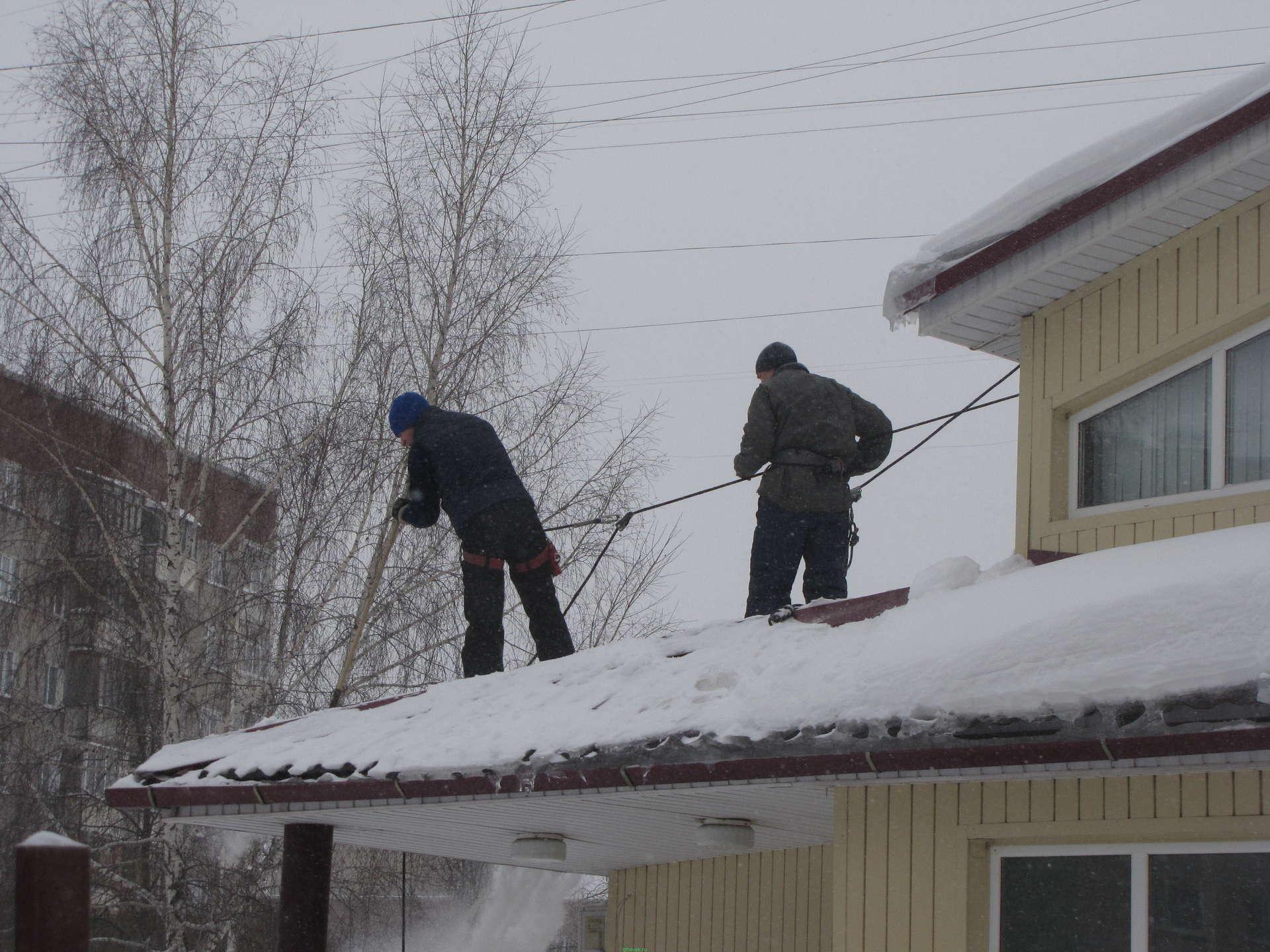 Цены на уборку снега с крыши в москве