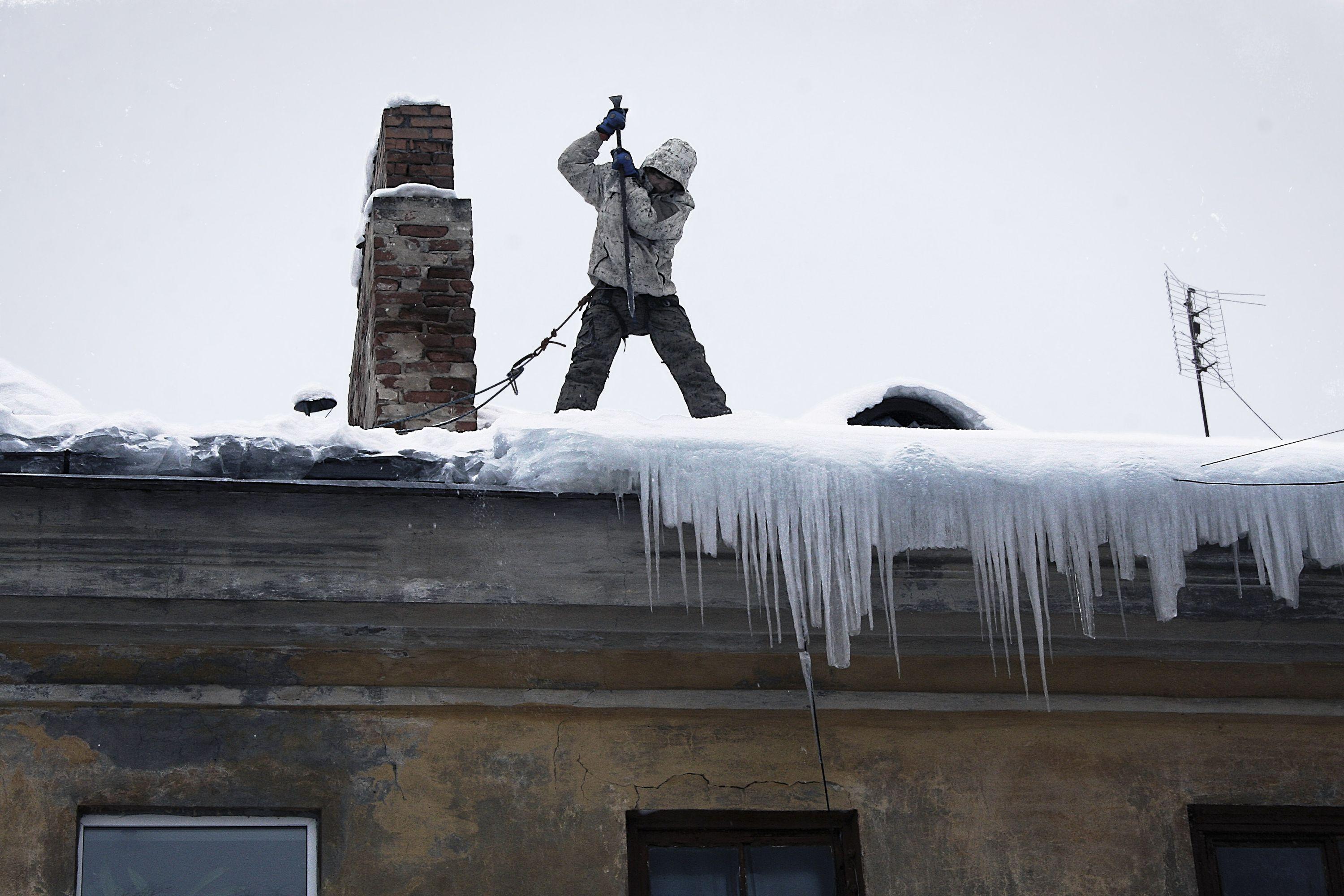 Уборка снега с крыш в нижнем тагиле