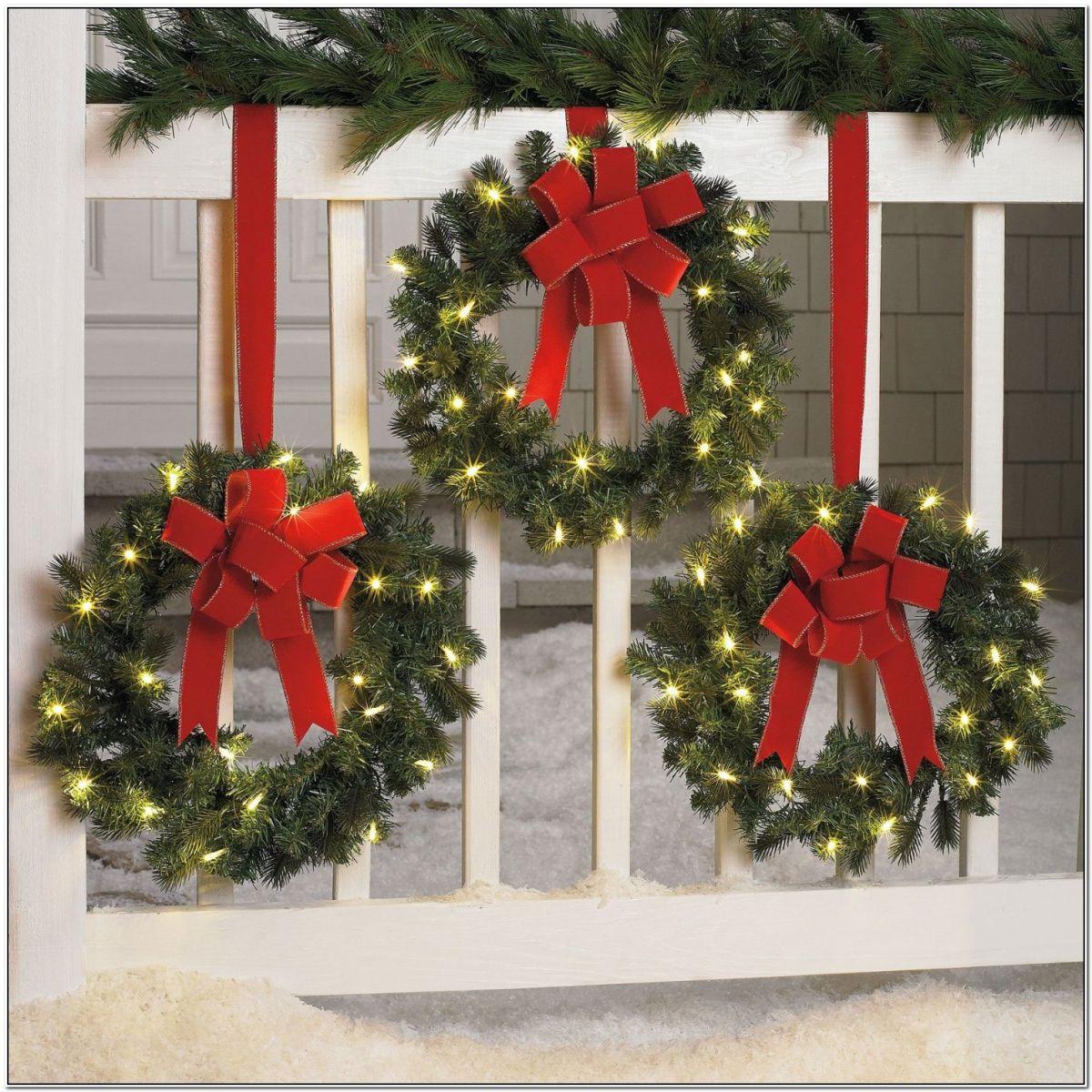 christmas-outdoor-window-wreaths