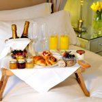Удобный столик для завтрака в постель — 35 фото практичных дизайнерских идей