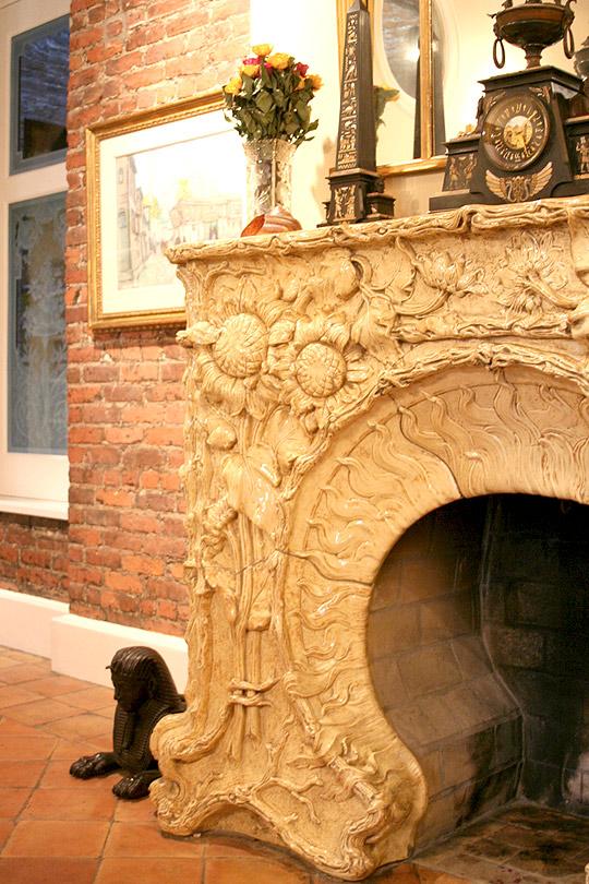 интерьер загородного дома с камином