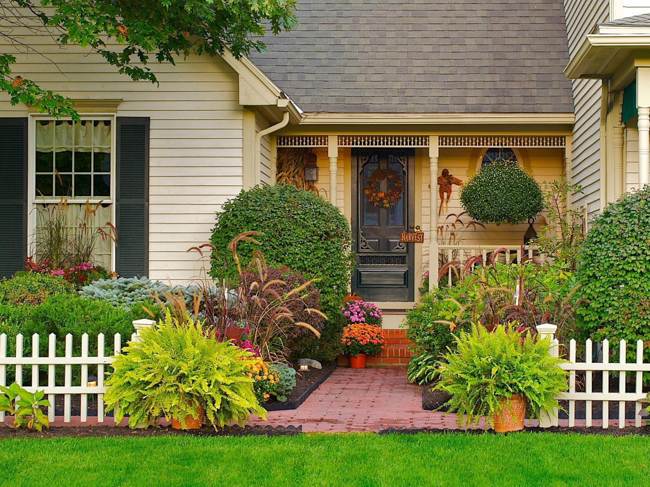 Оформление цветов вокруг дома фото