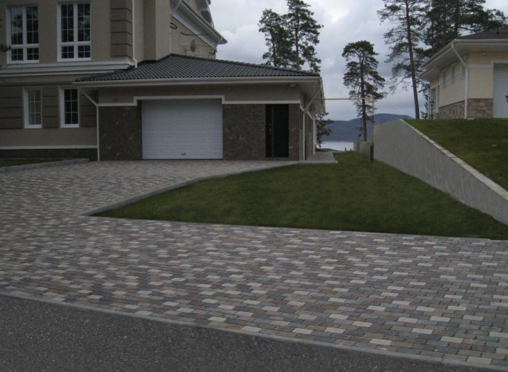 укладка тротуарной плитки во дворе дома