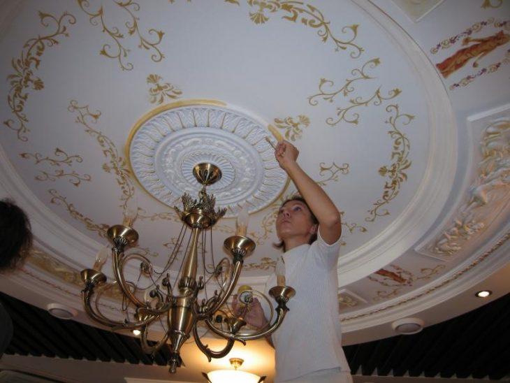 дизайн потолка в комнате