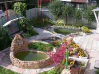 Дизайн приусадебного участка — обустройство водоемами, садовыми дорожками, и зонной отдыха.