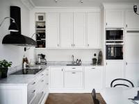 Черно белая кухня: дизайн с черной техникой, ручками и фартуком, с белым верхом — 32 фото