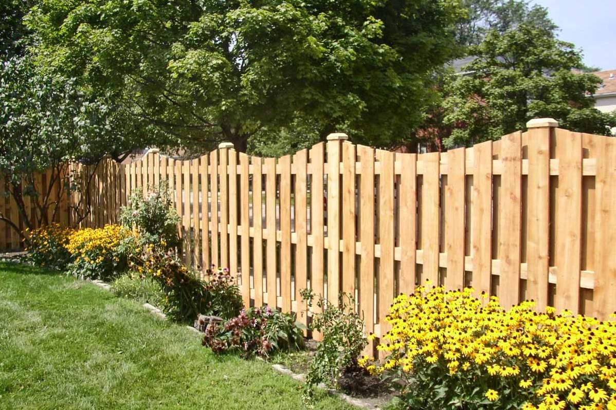 На фото представлен забор из дерева
