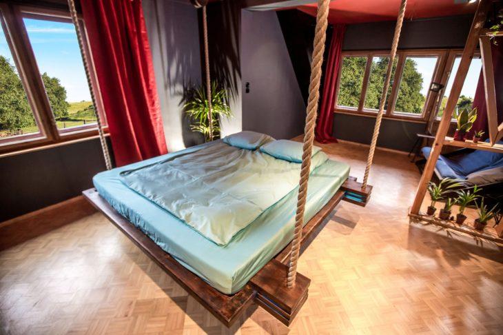 подвесная кровать к стене