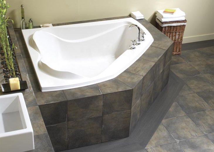 угловая ванна в маленькой ванной комнате фото